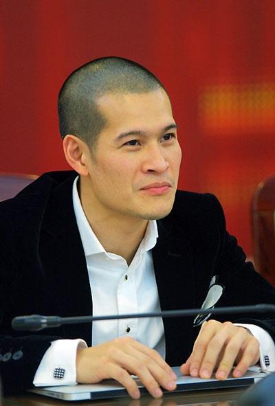 Đạo diễn Việt Tú tại lễ bình chọn Giải Âm nhạc Cống hiến tại Hà Nội