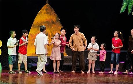 Một cảnh trong vở Bí mật chuyện kể phần 1 diễn dịp 1/6 năm 2013 của Xuân Bắc- Tự Long