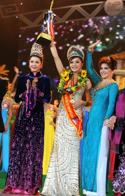 Bà Kim Hồng (phải) và Triệu Thị Hà trong đêm đăng quang Hoa hậu các dân tộc Việt Nam 2011.
