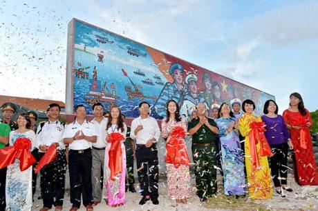 Cảnh khánh thành bức tranh gốm Trường Sa - Sức mạnh Việt Nam