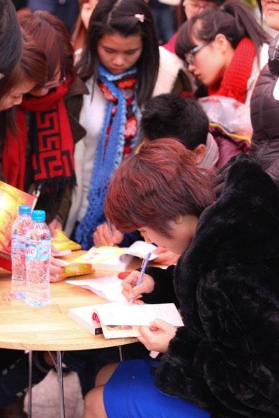 Nguyễn Quỳnh Trang ký tặng sách cho độc giả