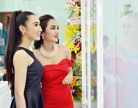 Các người đẹp từ cuộc thi Miss Ngôi sao Châu Diệu Minh (váy đỏ) và Diễm Nhung (váy đen)