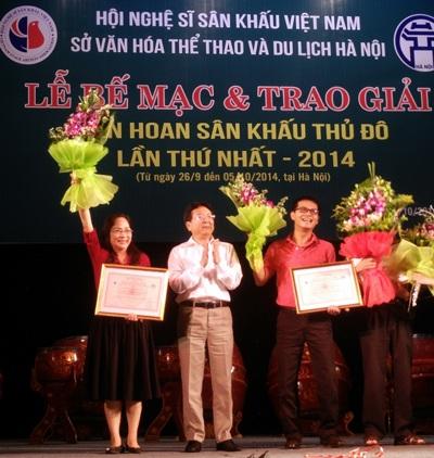 NSƯT Thúy Mùi, Giám đốc Nhà hát Chèo Hà Nội (trái) nhận giải Vở diễn xuất sắc nhất