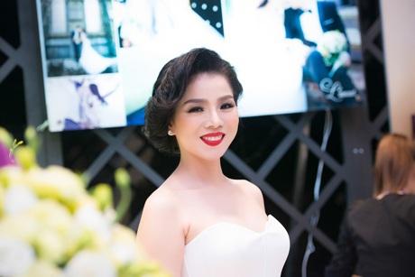 Cô dâu Lệ Quyên khoe vẻ đẹp đằm thắm