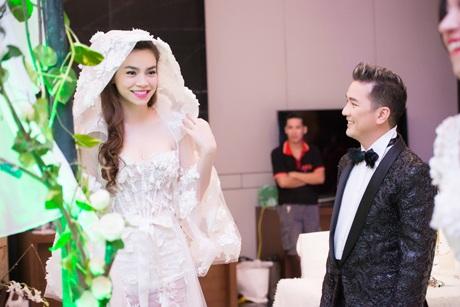 Nếu như váy cưới của Á hậu Tú Anh trẻ trung thì váy cưới của Hồ Ngọc Hà rất sành điệu, thời trang