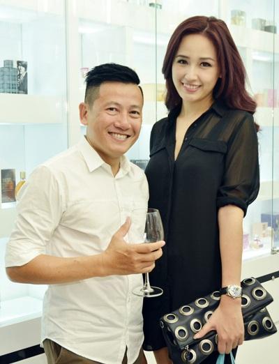 Mai Phương Thúy chụp ảnh cùng nhiếp ảnh Quốc Huy tại sự kiện