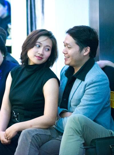 Tối ngày 25/3, ca sỹ Khánh Linh rạng rỡ khi được bạn trai tháp tùng đi dự sự kiện khai trương
