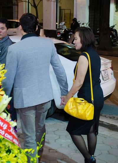Sau sự kiện, Khánh Linh và bạn trai nhau nắm chặt tay nhau ra chỗ để ô tô