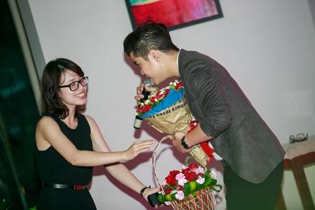 Nam ca sĩ được khán giả nữ tặng hoa, có người đề nghị tặng anh...nụ hôn để anh hát tiếp