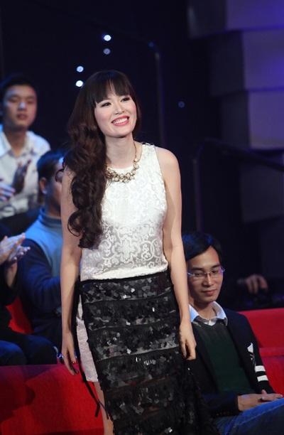 Hoa hậu Thu Thủy cũng được mời ngồi ghế nóng của chương trình