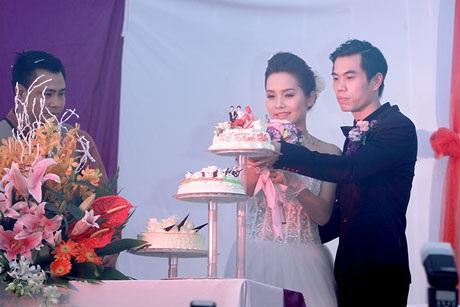 Cặp đôi cắt bánh cưới...