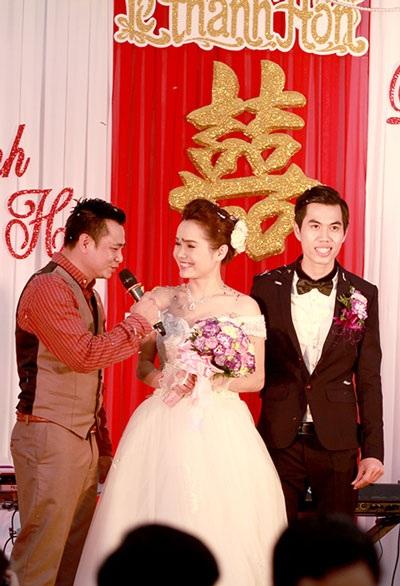 Tự Long liên tục trêu chọc cô dâu, chú rể khiến khách khứa cười vui vẻ