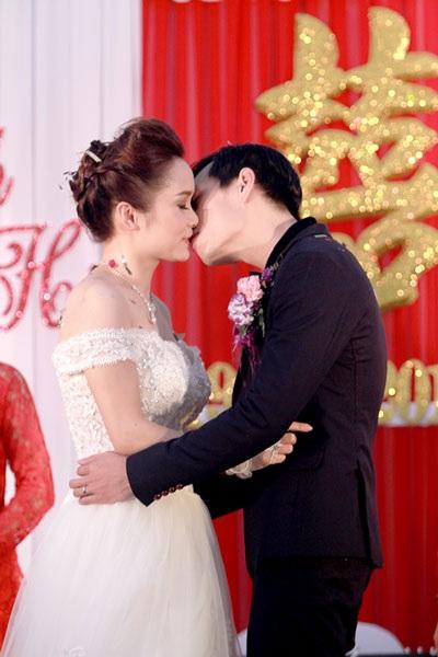 Cô dâu - chú rể trao nhau nụ hôn ngọt ngào