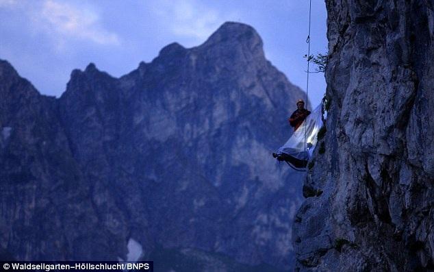 Chiêm ngưỡng thiên nhiên kỳ thútrên vách núi, cách mặt đất khoảng 150 mét