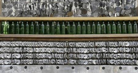 Chai bia và nắp vỏ lon bia được sử dụng làm hàng rào
