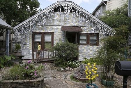 Một du khách đang tham quan ngôi nhà độc đáo này