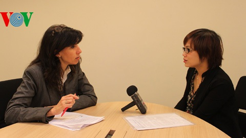 Bà Anstett (trái) trả lời phỏng vấn phóng viên