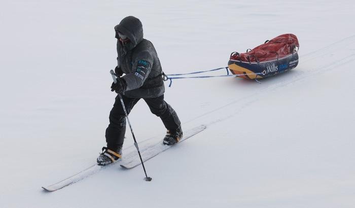 Parker sẽ phải kéo một chiếc xe trượt tuyết nặng 82kg
