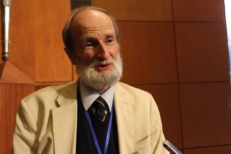 Giáo sư Clive Symmons (Ảnh Nam Hằng).