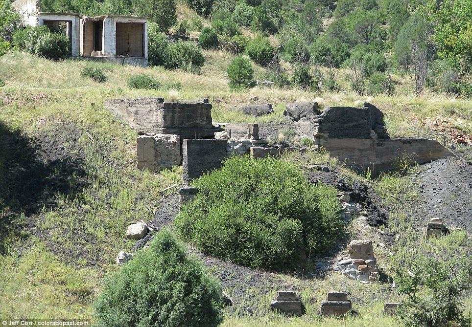 Phần móng của một số ngôi nhà lớn và trường học còn sót lại đến ngày nay