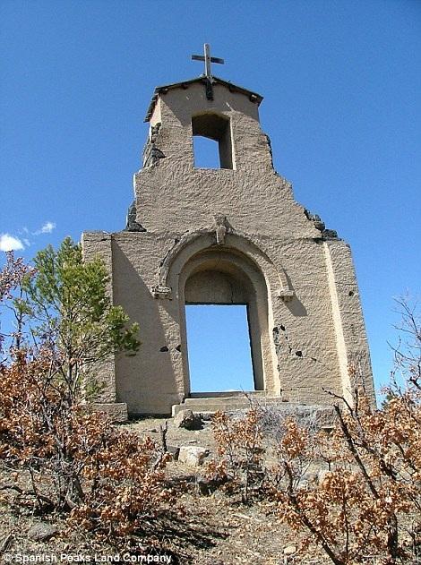 Phần mặt trước nhà thờ thiên chúa giáo nổi tiếng St. Aloysius còn khá nguyên vẹn