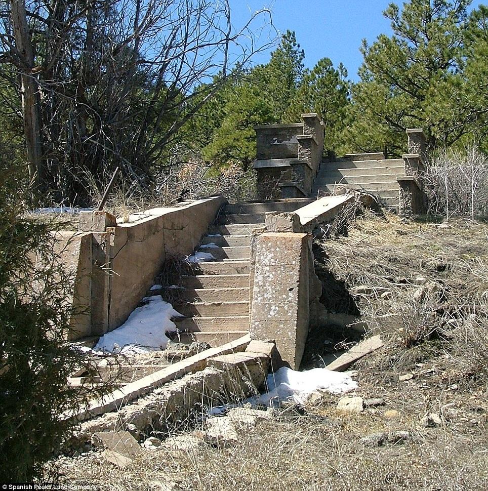 Bậc thang để đi lên trung tâm giải trí cho công nhân tại mỏ than