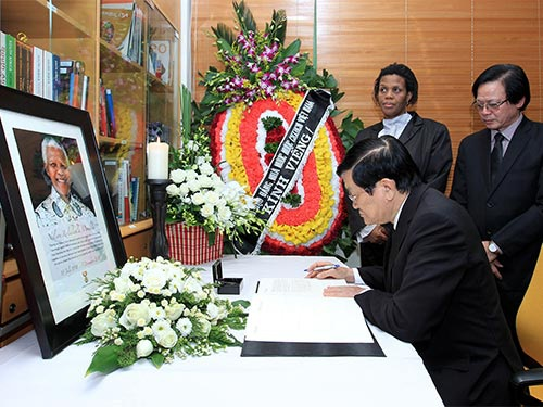 Chủ tịch nước Trương Tấn Sang ghi sổ tang tại lễ viếng cựu Tổng thống Nelson Mandela (Ảnh TTXVN)