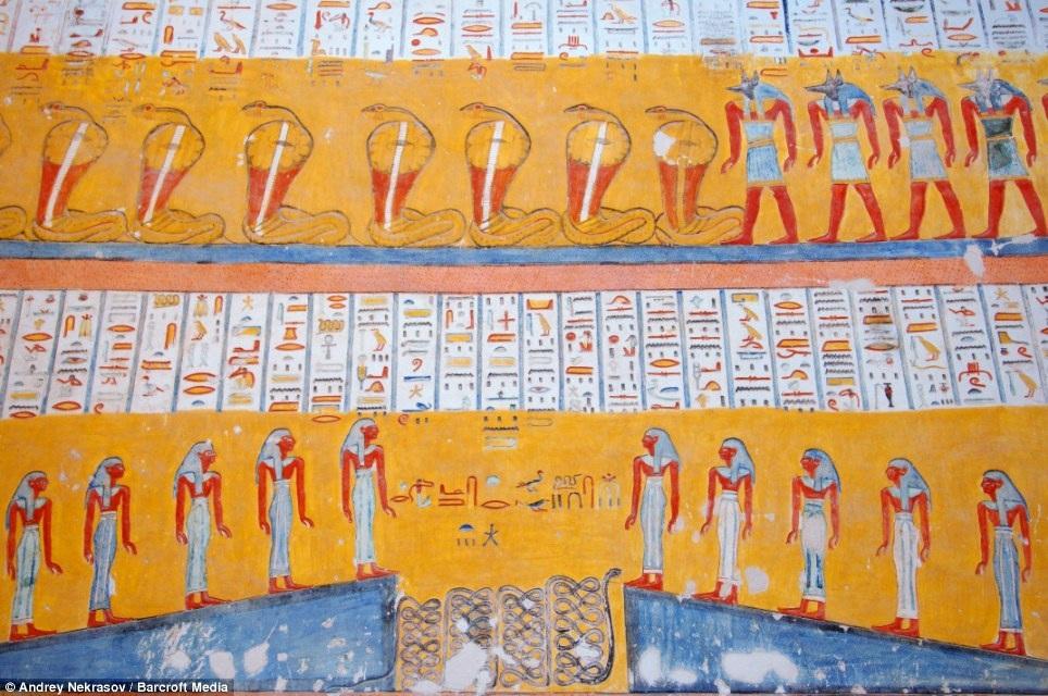 Những bức họa trên tường khắc họa các vị thần và các nhân vật trong truyền thuyết của Ai Cập