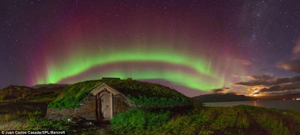 Những vệt ánh sáng huyền ảo giữa những vì sao tại Greenland