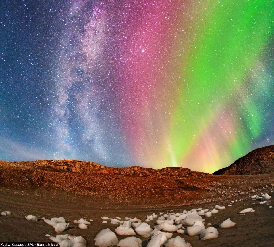 Nhiếp ảnh gia Juan đang săn những luồng ánh sáng ma thuật tại sông băng Qaleralit, Greeland