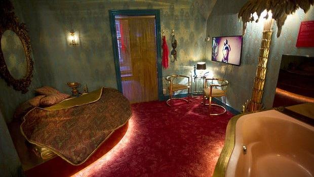 Một căn phòng sang trọng của các lao động tình dục được trưng bày