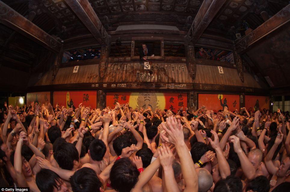 Hơn 9.000 người tham gia Lễ hội Khỏa thân Hadaka Matsuri tại Okayama vào ngày 15/2