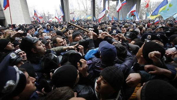 Đụng độ giữa người ủng hộ thân Nga và ủng hộ chính phủ mới của Ukraine tại Crimea