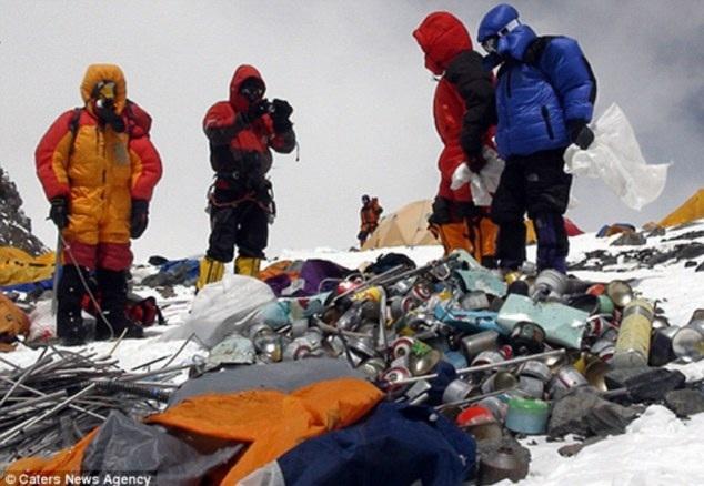 Những đống rác trên đỉnh Everest