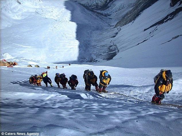 Khoảng 50 tấn rác được thải ra trên đỉnh Everest mỗi mùa leo núi