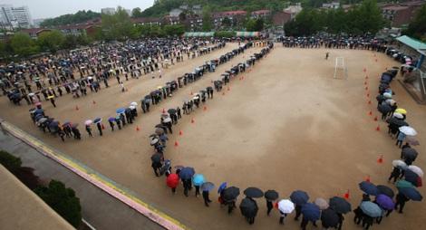 Dòng người xếp hàng dài chờ viếng các nạn nhân phà Sewol tại thành phố Ansan, tỉnh Gyeonggi.