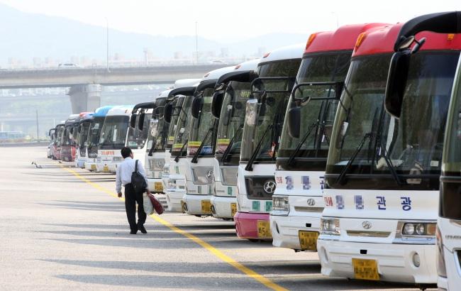 Xe buýt nằm dài chờ khách sau vụ đắm phà (Ảnh koreaherald)