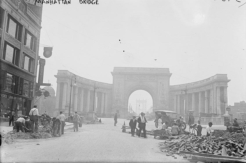 Cổng vòm dẫn tới cây cầu Manhattan (Ảnh chụp năm 1915)