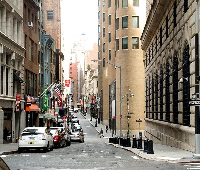 Khu phố này giờ có nhiều ô tô hơn và Ngân hàng Dự trữ Liên bang New York vẫn nằm ở đó
