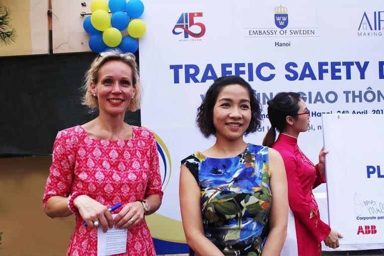 Bà Camilla Mellander cùng ca sỹ Mỹ Linh tại sự kiện Vui cùng giao thông (Ảnh N.H)