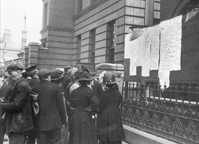 Người dân tại Southampton đang kiểm tra danh sách nạn nhân tàu Titanic tháng 4/1912