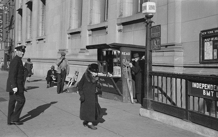 Tòa nhà này là trụ sở của Ngân hàng New York Savings (Ảnh chụp năm 1937)