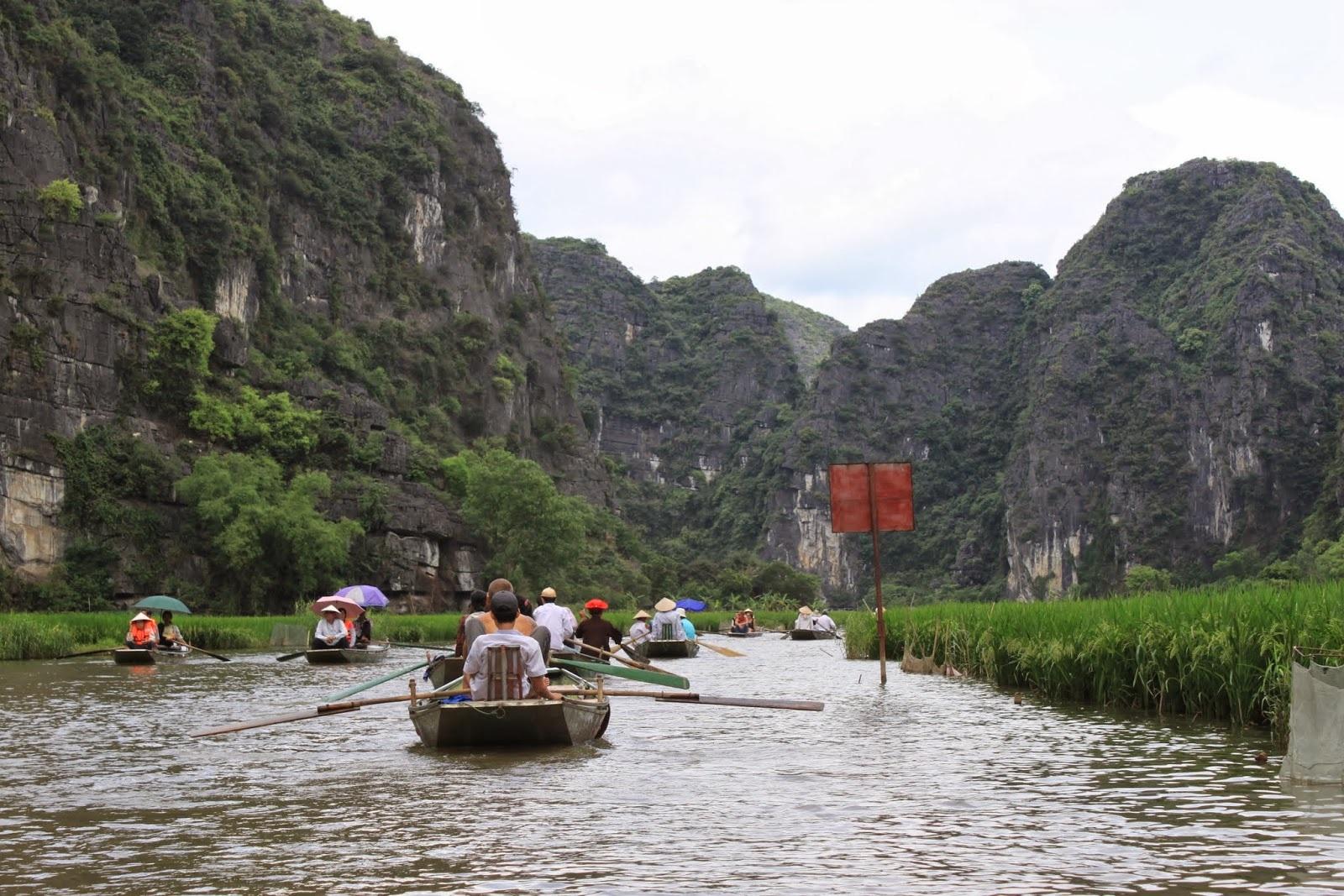 Du thuyền trên sông Ngô Đồng (Ảnh Lense Moments)