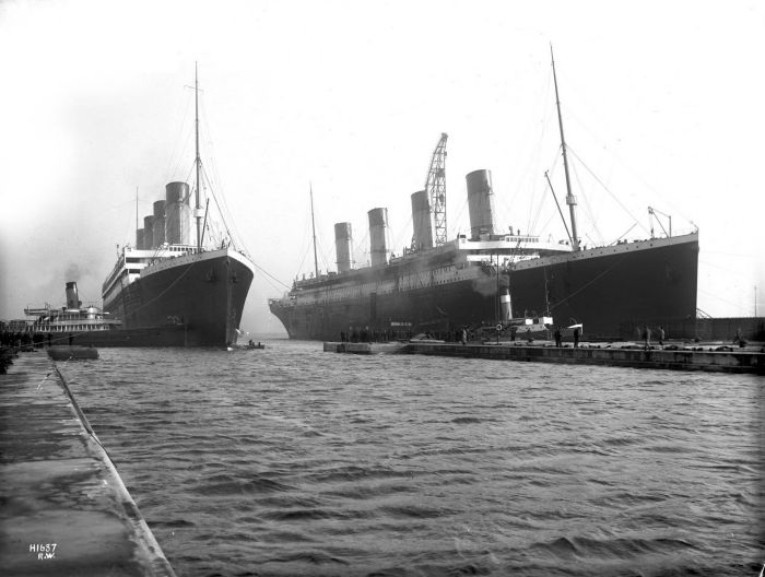 Tàu Olympic (trái) và Titanic (phải) tại Belfast tháng 3/1912