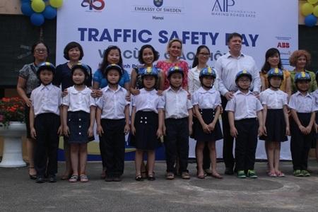 Đại sứ quán Thụy Điển trao tặng mũ bảo hiểm cho học sinh Trường Tiểu học Cát Linh (Ảnh N.H)
