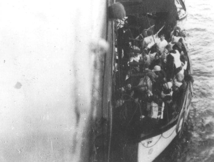 Chiếc xuồng chở các hành khách đến tàu Carpathia cứu hộ