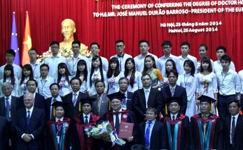 Chụp ảnh lưu niệm tại lễ trao bằng tiến sĩ (Ảnh N.Hằng)