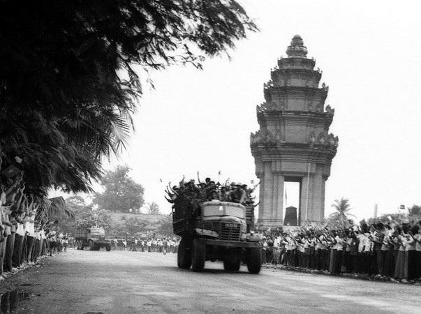 Nhân dân thủ đô Phnom Penh tiễn đưa quân tình nguyện Việt Nam về nước. (Nguồn: TTXVN)
