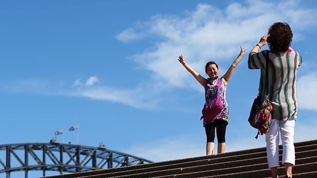 Du khách Trung Quốc chụp ảnh tại Cầu cảng Sydney (Ảnh Heraldsun)