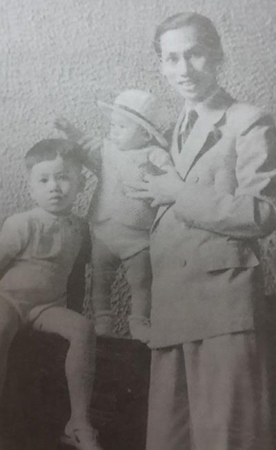 GS Đặng Văn Ngữ và 2 con Đặng Nhật Minh, Đặng Nguyệt Ánh chụp tại Hà Nội năm 1941